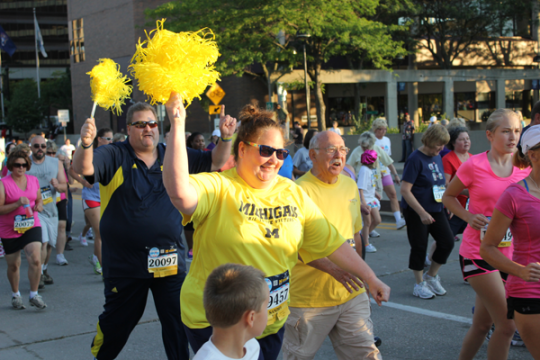 Michigan Mile open walk participant in maize and blue.