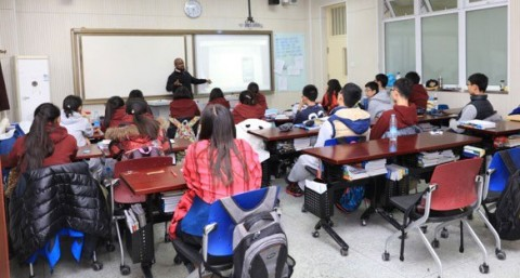 Gerrard Allen teaches Chinese students in his American History Club.