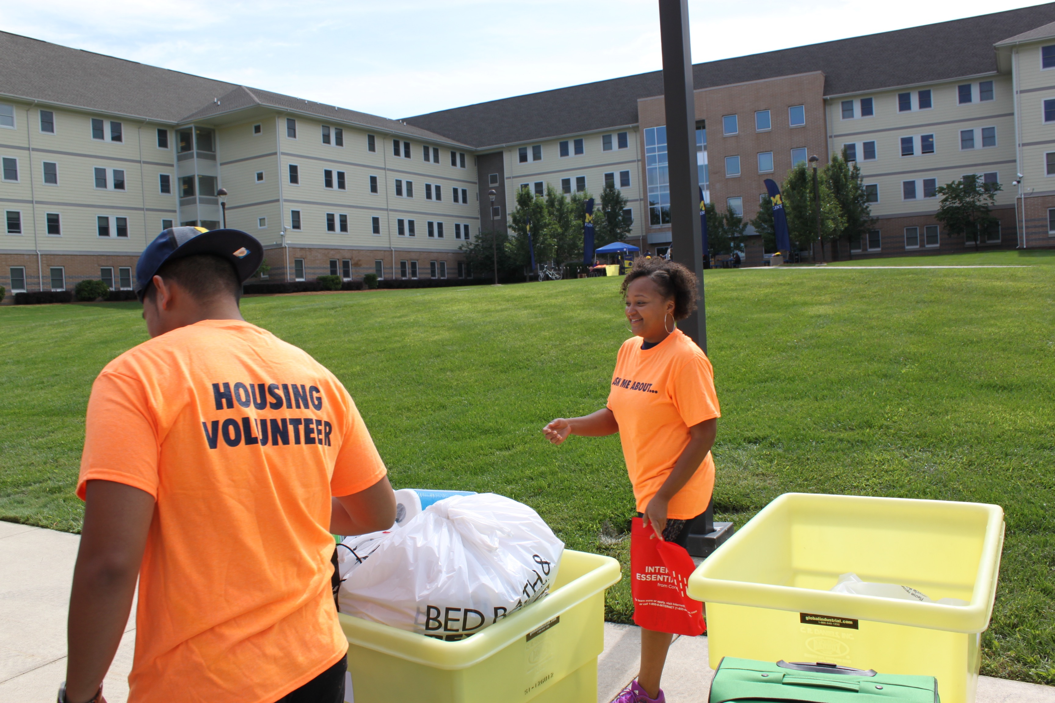 LaTanya Hughes volunteering at First Street Residence Hall's 2017 Move-in Day